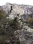 Barlang a tanösvény felől