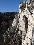 A barlang feletti szikláról