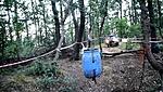 A törmelék felszínre emelgetése kötélrendszerrel egy 120 literes hordóban, UAZ-zal