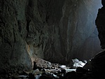 A Czárán-csarnok végében, a Külső Várudvarból fény szűrődik be a Sötét-kapun keresztül